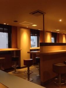電源カフェは「マクドナルド新橋日比谷口店」がお勧め!。コンセントの数がすごい!|行政書士阿部総合事務所